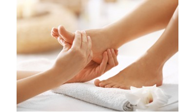 Healing massage of the reflex zones of the feet